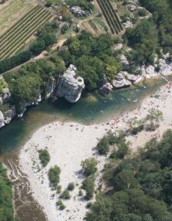 La Plage de Baume dominée par les grands rochers Eté 2011.